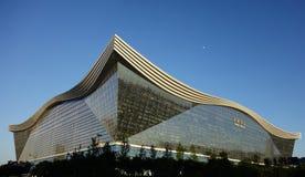 New Century global mitt, Chengdu, Sichuan, Kina mot blåa himlar Arkivfoto