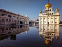 NEW DELHI, INDIA - April 25, 2019, Nanak Piao Sahib, Gurdwara, sarovar, watervijver stock afbeelding