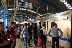 New Delhi, India - April 10, 2016: Passagiers die metro trein op 10 April, 2016 in Delhi, India wachten Bijna 1 miljoen passagier Royalty-vrije Stock Fotografie