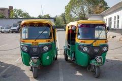 New Delhi India, Kwiecie?, - 2019: Klasyczny Auto riksza India Tuk Tuk z trzy ko?odziejem jest lokalny taxi zdjęcia stock