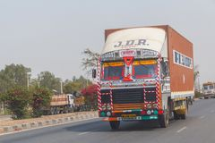 NEW DELHI INDIA, MARZEC, - 14, 2018: ciężarówka na drodze fotografia royalty free