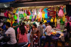 New Delhi Indien - April 10, 2016: Det oidentifierade folkbesöket på kläder shoppar på Paharganj den huvudsakliga basarmarknaden Royaltyfria Foton