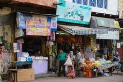 New Delhi Indien - April 10, 2016: Det oidentifierade folket på det fria av litet återförsäljnings- shoppar med frukter, i Paharg Arkivbilder