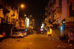 New Delhi Indien - April 17, 2016: Sikt av den huvudsakliga basar- eller Paharganj vägen på 5 00am Många shoppar är slutet Fotografering för Bildbyråer