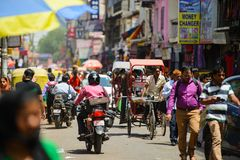 New Delhi Indien - April 16, 2016: Sikten till den fullsatta gatan med shoppar, hotell, transport och folk i huvudsaklig basar el Royaltyfria Foton