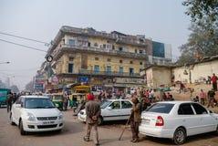 NEW DELHI INDIEN - 27 December 2011: Upptagen huvudsaklig Bazargata royaltyfri fotografi