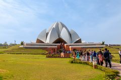 New Delhi Indien - Februari 2019 Folk som bes?ker Lotus Temple i New Delhi p? en ljus solig dag royaltyfri bild