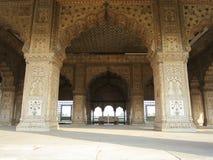 New Delhi Indien - Januari 2019: Detaljerna av invecklade carvings ringde omkring Mahal inom rött fort i Delhi arkivbilder