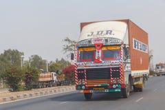 NEW DELHI INDIEN - MARS 14, 2018: lastbil på vägen royaltyfri fotografi