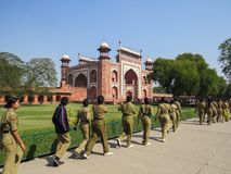 New Delhi Indien, November 21, 2013 Flickor i likformig går till ingången till det röda fortet royaltyfri foto