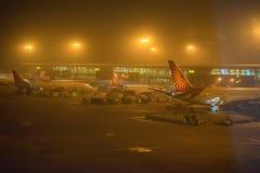 NEW DELHI INDIEN - NOVEMBER 11, 2017: Nivåer i Indira Gandhi Airport Fotografering för Bildbyråer