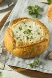 New England Clam Chowder in een Broodkom stock fotografie