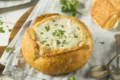 New England Clam Chowder in een Broodkom stock afbeelding