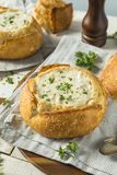 New England Clam Chowder in een Broodkom royalty-vrije stock afbeelding