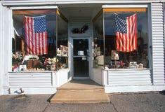 New England skyltfönster dekorerade med amerikanska flaggan för att hedra September 11th Royaltyfri Foto