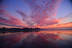 New England strand som markeras av briljant soluppgång; Royaltyfria Foton