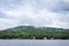 New Hampshire jezioro na jaskrawym chmurnym błękitnym dniu Zdjęcie Stock