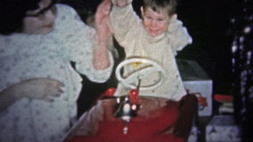 NEW HAVEN, CONN De V.S. - 1957: Jong geitje het spelen met rode Kerstmisgift van de brandvrachtwagen stock footage