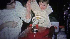 NEW HAVEN, CONNETT. U.S.A. - 1957: Bambino che gioca con il regalo rosso di Natale del camion dei vigili del fuoco stock footage