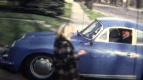 NEW HAVEN, LE CONNECTICUT - 1958 : Famille riche venant à la maison d'une longue journée banque de vidéos