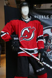 New Jersey Devils-Uniform auf Anzeige an NHL-Speicher in Midtown Manhattan Lizenzfreie Stockfotos