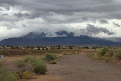 New Mexiko sandia Gebirgszug gesehen durch die schwarze aroyo Verdammung Albuquerque an einem regnerischen stürmischen Tag lizenzfreie stockfotos