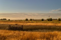 new old technology Τσουγκράνα σανού και ανεμοστρόβιλος σε έναν τομέα αγροτών Staffordshire στο ηλιοβασίλεμα στοκ εικόνες