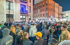 NEW ORLEANS - 8 DE FEBRERO DE 2016: Turistas a lo largo de las calles de la ciudad en n Fotografía de archivo libre de regalías