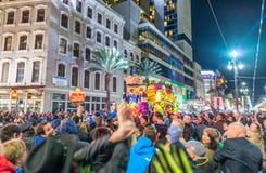 NEW ORLEANS - FEBRUARI 8, 2016: Turister längs stadsgator på n arkivbild
