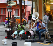 New Orleans gatamusikband Arkivfoto