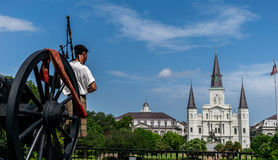 New Orleans helgonLouis Cathedral With Scottish Bagpipe spelare arkivbild