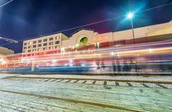 NEW ORLEANS - JANUARI 2016: Hilton Hotel med trafikljus Högt Royaltyfria Bilder