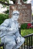 NEW ORLEANS, LA - 13 APRIL: De straatacteur kleedde zich omhoog als tinmens voor het Stoomboot historische teken op 13 April Stock Foto's