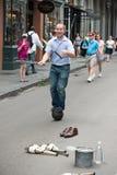NEW ORLEANS LA - APRIL 13: Jonglören utför på gatan i New Orleans, LA på April 13, 2014 Royaltyfria Foton