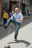 NEW ORLEANS LA - APRIL 13: Jonglören utför på gatan i New Orleans, LA på April 13, 2014 Arkivfoto