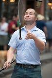 NEW ORLEANS LA - APRIL 13: Jonglören utför på gatan i New Orleans, LA på April 13, 2014 Arkivbild