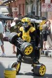 NEW ORLEANS, LA - 13. APRIL: Straßenausführender in New Orleans, Mann wandelt zwischen Auto und Roboter am 13. April 2014 um Lizenzfreie Stockfotografie