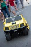 NEW ORLEANS, LA - 13. APRIL: Straßenausführender in New Orleans, Mann wandelt zwischen Auto und Roboter am 13. April 2014 um Lizenzfreies Stockfoto