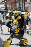NEW ORLEANS, LA - 13 APRIL: Straatuitvoerder in New Orleans, mensentransformaties tussen auto en robot op 13 April, 2014 Royalty-vrije Stock Fotografie