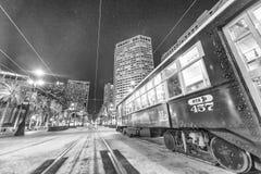 NEW ORLEANS, LA - ENERO DE 2016: Tranvía de New Orleans en la noche Imagen de archivo libre de regalías