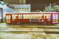 NEW ORLEANS, LA - ENERO DE 2016: Tranvía de New Orleans en la noche Fotos de archivo libres de regalías