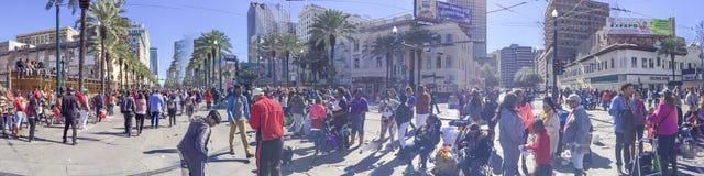 NEW ORLEANS, LA - FEBBRAIO 2016: I turisti godono di Mardi Gras avanti Immagine Stock Libera da Diritti
