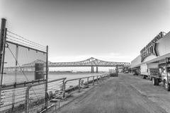 NEW ORLEANS, LA - FEBRUAR 2016: Riverwalk bei Sonnenuntergang für Mardi G stockfotografie