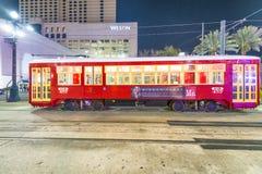 NEW ORLEANS, LA - JANUARI 2016: De Tram van New Orleans bij nacht stock foto's