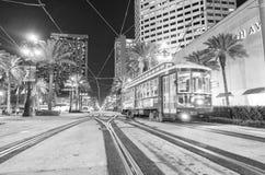 NEW ORLEANS, LA - JANUARI 2016: De Tram van New Orleans bij nacht Stock Afbeelding