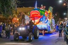 New Orleans LA/USA - circa Februari 2016: Krewe av proteusen ståtar in under Mardi Gras i New Orleans, Louisiana royaltyfri fotografi