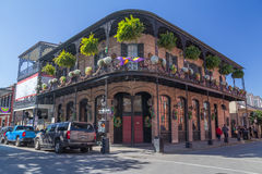 New Orleans, LA/USA - circa Februari 2016: Oud Koloniaal Huis met staalfabriekgalerijen op de Straten van Frans Kwart stock foto