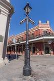 New Orleans, LA/USA - circa Februari 2016: Pool met straattekens en oud Koloniaal Huis met staalfabriekgalerijen stock fotografie