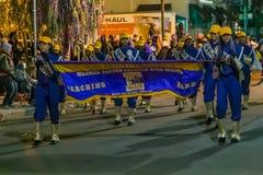 New Orleans LA/USA - circa Februari 2016: Skolaungar går ståtar in under Mardi Gras i New Orleans, Louisiana arkivbild