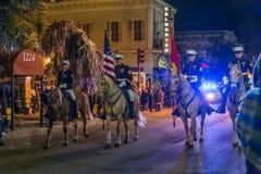 New Orleans, LA/USA - circa im Februar 2016: Überwachen Sie Reitpferde während Mardi Grass in New Orleans, Louisiana polizeilich Lizenzfreie Stockfotos